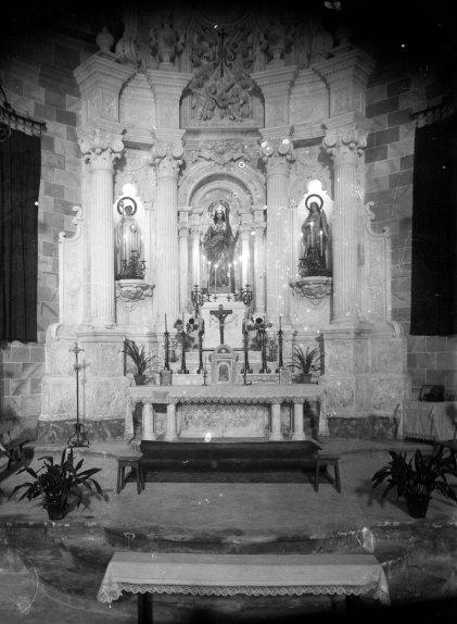 Vista frontal de l'altar major de l'església de Santa Eulàlia de Noves, a Garriguella, 1941 (ACGAX. Fons Sadurní Brunet Pi. Autor: Sadurní Brunet)