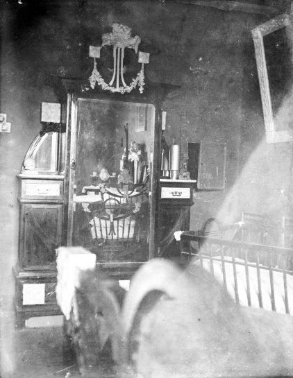 Vista parcial del dormitori del matrimoni Brunet Forasté, a Barcelona, 1909 (ACGAX. Fons Sadurní Brunet Pi. Autor: Sadurní Brunet)