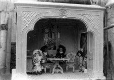 Caseta de nines, entre els anys 1910 i 1925 (ACGAX. Fons Sadurní Brunet Pi. Autor: Sadurní Brunet)