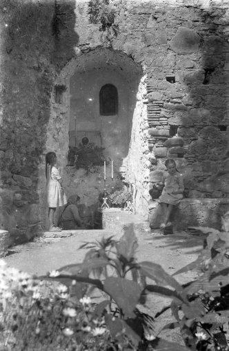 Font del santuari de la Fontsanta, a Jafre, 1945 (ACGAX. Fons Sadurní Brunet Pi. Autor: Sadurní Brunet)