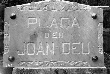 Placa de la plaça d'en Joan Deu, 1931 (ACGAX. Fons Sadurní Brunet Pi. Autor: Sadurní Brunet)