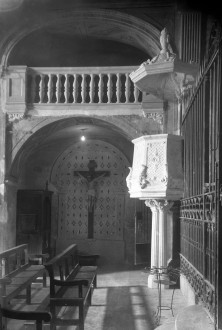 Vista parcial de la trona i de l'altar del Sant Crist de l'església de Sant Vicenç, a Llançà, 1941 (ACGAX. Fons Sadurní Brunet Pi. Autor: Sadurní Brunet)