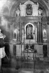 Vista frontal de l'altar major de l'església de Sant Vicenç, a Llançà, 1941 (ACGAX. Fons Sadurní Brunet Pi. Autor: Sadurní Brunet)