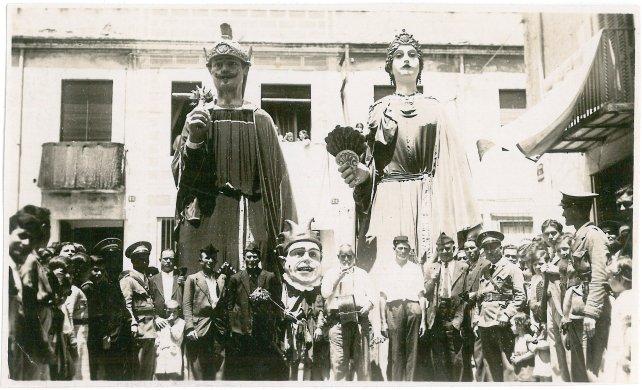 Els gegants de Calella el dia de la seva estrena, 1935 (foto http://gegantscalella.blog.cat/figures/)