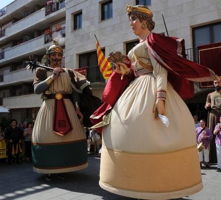 En Quirze i la Minerva a la plaça de l'Ajuntament de Calella, 2010 (foto http://gegantscalella.blog.cat/figures/)