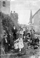 Retrat de grup a la vora de l'església de Santa Eulàlia, a Begudà, 1919 (ACGAX. Fons Sadurní Brunet Pi. Autor: Sadurní Brunet)