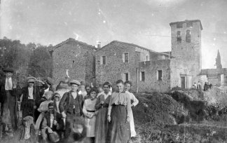 Retrat de grup al costat de l'església de Santa Eulàlia, a Begudà, 1919 (ACGAX. Fons Sadurní Brunet Pi. Autor: Sadurní Brunet)