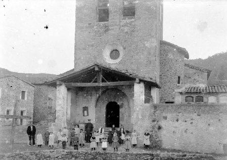 Retrat de grup davant l'església de Santa Eulàlia, a Begudà, 1919 (ACGAX. Fons Sadurní Brunet Pi. Autor: Sadurní Brunet)