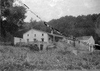 Vista lateral del mas Quintà, a Maçanet de Cabrenys, 1947 (ACGAX. Fons Sadurní Brunet Pi. Autor: Sadurní Brunet)