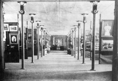 Interior de Ca l'Artigas durant l'Exposició Regional Olotina de Belles Arts i d'Indústries Artístiques, 1900 (ACGAX. Col·lecció d'imatges de Josep M Dou Camps. Autor desconegut)