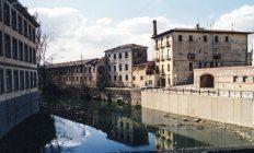 Vista parcial del riu Fluvià al seu pas per Olot, 1990 (ACGAX. Fons Ajuntament d'Olot. Autor: Llorenç Panella)