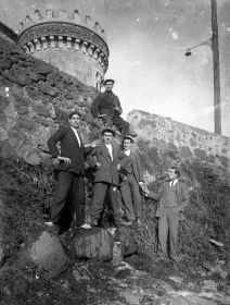 Retrat d'un grup de treballadors al costat de l'antiga muralla carlina i de la torre de Ca l'Artigas, c.1918 (ACGAX. Fons Sadurní Brunet Pi. Autor: Sadurní Brunet)