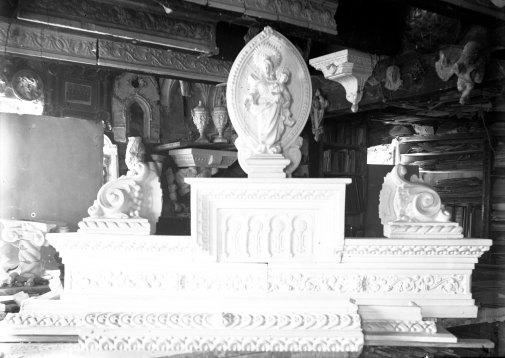 Interior del taller del carrer de Sant Bernat (en primer terme hi ha els elements decoratius destinats al mas Quintà, de Maçanet de Cabrenys), c. 1947 (ACGAX. Fons Sadurní Brunet Pi. Autor: Sadurní Brunet)
