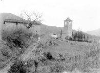 Vista general de l'església de Sant Martí de Capsec, a la Vall de Bianya. Sadurní Brunet està situat en el camí d'accés a l'església, entre els anys 1944 i 1948 (ACGAX. Fons Sadurní Brunet Pi. Autor: Sadurní Brunet)