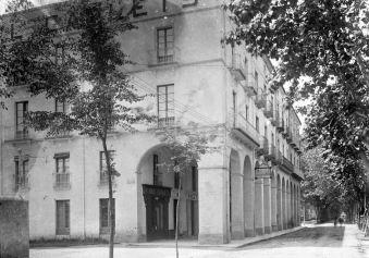 Vista general d'un sector de la zona porxada de la plaça de Josep Clarà, 1918 (ACGAX. Fons Sadurní Brunet Pi. Foto: Sadurní Brunet)