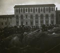 Vista general de la Fira de Sant Lluc amb la façana de l'empresa G. Juviñá al fons, 1920 (ACGAX. Fons Família Bassols. Autor: Xavier Bassols)