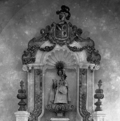Vista parcial dels elements heràldics dels marquesos incorporats a l'altar de la Puríssima de l'església de Sant Maurici, a Sant Mori, 1946 (ACGAX. Fons Sadurní Brunet Pi. Autor: Sadurní Brunet)