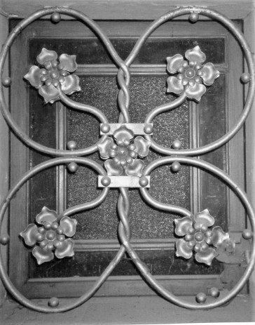 Vista de detall de la decoració d'un forjat de la casa Hostench, c. 1989 (Foto: arxiu família Aramburo Hostench)
