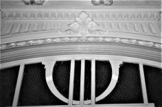 Vista de detall de la decoració d'una porta de la casa Hostench, c. 1989 (Foto: arxiu família Aramburo Hostench)