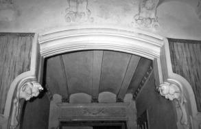 Vista de detall de la decoració de l'interior de la casa Hostench, c. 1989 (Foto: arxiu família Aramburo Hostench)