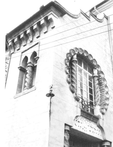 Detall de l'entrada de Ca l'Artigas, a Olot, c.1986 (www.pinvarquit.cultura.gencat.cat)