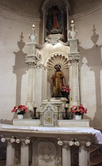 Vista frontal de l'altar major de l'església de Santa Eulàlia, a Begudà, 2017 (Arxiu d'imatges de l'Ajuntament de Sant Joan les Fonts)