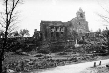 Vista general de l'església de Sant Pere Despuig, a la Vall de Bianya, entre els anys 1944 i 1948 (ACGAX. Fons Sadurní Brunet Pi. Autor: Sadurní Brunet)