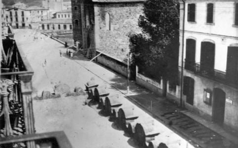 Vista parcial enlairada del carrer Tomas de Lorenzana amb l'exterior de l'església de la Divina Providència poc després de ser cremada, 1936 (ACGAX. Col·lecció d'imatges de Josep M. Dou Camps. Autor: desconegut)