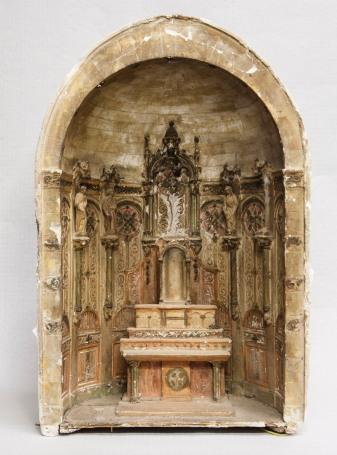 Vista frontal de la maqueta de l'altar major de l'església de Santa Eulàlia, a Begudà, 2018 (ACGAX. Col·lecció d'imatges de l'ACGAX. Autors: Quim Roca i Anna Rius)