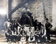 Retrat de grup davant l'estàtua del bisbe Pere Campins, de Josep Clarà, 1920 (ACGAX. Fons Sadurní Brunet Pi. Autor: Sadurní Brunet)