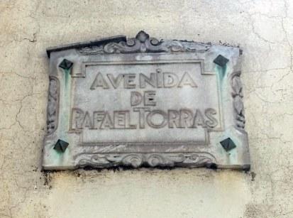 Placa de l'avinguda de Rafel Torras, a Sant Joan les Fonts, 2018 (foto: David Santaeulària)