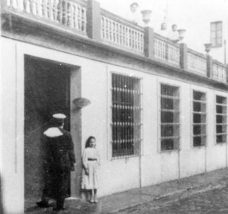 Reproducció d'una vista general de la seu de la banca Saderra, Prat y Compañía, a Olot, 1901 (ACGAX. Col·lecció d'imatges de Josep M. Dou Camps. Autor: Josep M. Dou. Autor de l'original: Amadeu Mauri)