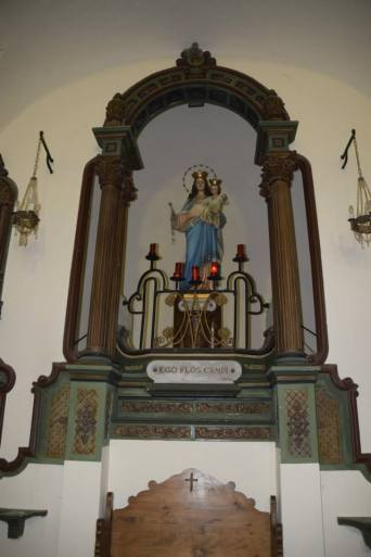 Vista de detall de l'altar major de l'ermita de la mare de Déu del Camp, a Garriguella, 2017 (Foto: http://coneixercatalunya.blogspot.com Autor: Antoni Mora)