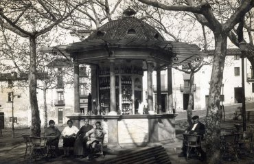 Vista de detall del passeig de Miquel Blay, o Firal, a Olot, entre els anys 1925 i 1930 (ACGAX. Arxiu de complement de l'ACGAX. Col·lecció d'imatges de l'ACGAX. Autor desconegut)
