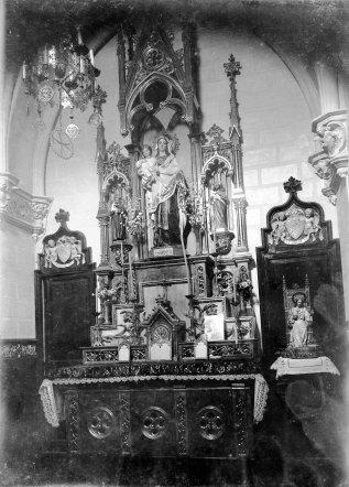 Vista frontal de l'altar de l'oratori de Can Gussinyer, a Castellfollit de la Roca, 1917 (ACGAX. Fons Sadurní Brunet Pi. Autor: Sadurní Brunet)
