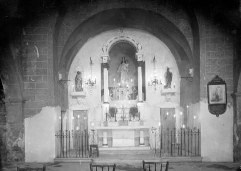 Vista frontal de l'altar major de l'ermita de la mare de Déu del Camp, a Garriguella, 1941 (ACGAX. Fons Sadurní Brunet Pi. Autor: Sadurní Brunet)