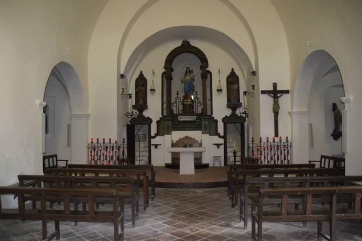 Vista frontal de l'altar major de l'ermita de la mare de Déu del Camp, a Garriguella, 2017 (Foto: http://coneixercatalunya.blogspot.com Autor: Antoni Mora