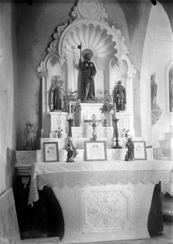 Vista frontal de l'altar de Sant Roc de l'església de Sant Martí de Capsec, a la Vall de Bianya, entre els anys 1944 i 1948 (ACGAX. Fons Sadurní Brunet Pi. Autor: Sadurní Brunet)