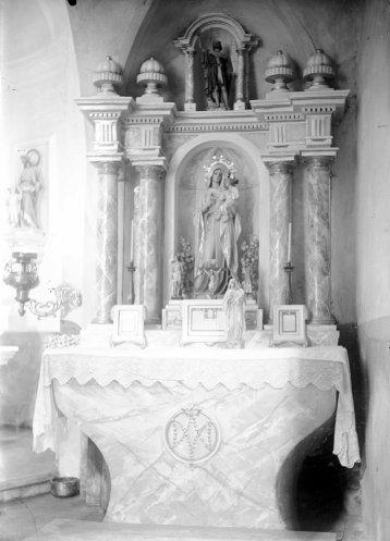 Vista frontal de l'altar del Roser de l'església de Sant Martí de Capsec, a la Vall de Bianya, entre els anys 1944 i 1948 (ACGAX. Fons Sadurní Brunet Pi. Autor: Sadurní Brunet)