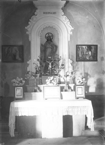 Vista frontal de l'altar del Sagrat Cor de l'església de Sant Martí de Capsec, a la Vall de Bianya, 1948 (ACGAX. Fons Sadurní Brunet Pi. Autor: Sadurní Brunet)