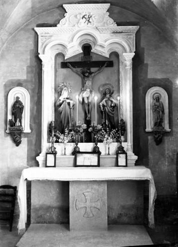 Vista frontal de l'altar del Sant Crist de l'església de Sant Martí de Capsec, a la Vall de Bianya, 1944 (ACGAX. Fons Sadurní Brunet Pi. Autor: Sadurní Brunet)