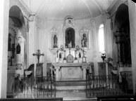 Vista frontal de l'altar major de l'església de Sant Martí de Capsec, a la Vall de Bianya, entre els anys 1944 i 1948 (ACGAX. Fons Sadurní Brunet Pi. Autor: Sadurní Brunet)