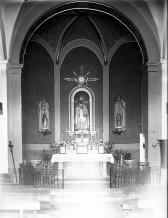 Vista frontal de l'altar major de l'església de Sant Pere Despuig, a la Vall de Bianya, entre els anys 1944 i 1948 (ACGAX. Fons Sadurní Brunet Pi. Autor: Sadurní Brunet)