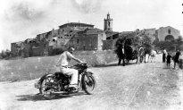 Vista general de poble de Sant Mori amb un membre de la família dels marquesos del castell en primer terme, 1946 (ACGAX. Fons Sadurní Brunet Pi. Autor: Sadurní Brunet)