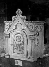 Vista general del sagrari de l'altar major de l'església de Santa Eulàlia de Begudà, en el taller de Sadurní Brunet, 1947 (ACGAX. Fons Sadurní Brunet Pi. Autor: Sadurní Brunet)