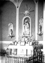 Vista lateral de l'altar major de l'església de Sant Pere Despuig, a la Vall de Bianya, entre els anys 1944 i 1948 (ACGAX. Fons Sadurní Brunet Pi. Autor: Sadurní Brunet)