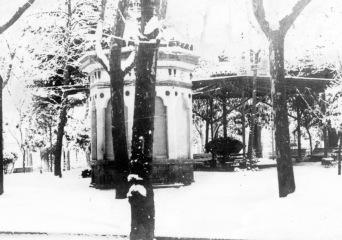 Vista parcial de la plaça de Josep Clarà, a Olot, 1913 (ACGAX. Col·lecció d'imatges de Josep M. Dou Camps. Autor desconegut)