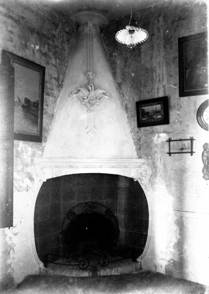 Vista frontal d'una xemeneia reformada per Sadurní Brunet, c. 1920 (ACGAX. Fons Sadurní Brunet Pi. Foto: Sadurní Brunet)