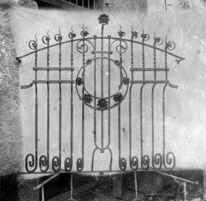 Vista frontal de la reixa d'una finestra, 1914 (ACGAX. Fons Sadurní Brunet Pi. Autor: Sadurní Brunet)