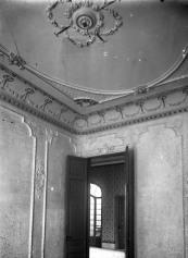Vista parcial de l'interior d'una casa sense identificar, entre els anys 1909 i 1919 (ACGAX. Fons Sadurní Brunet Pi. Autor: Sadurní Brunet)